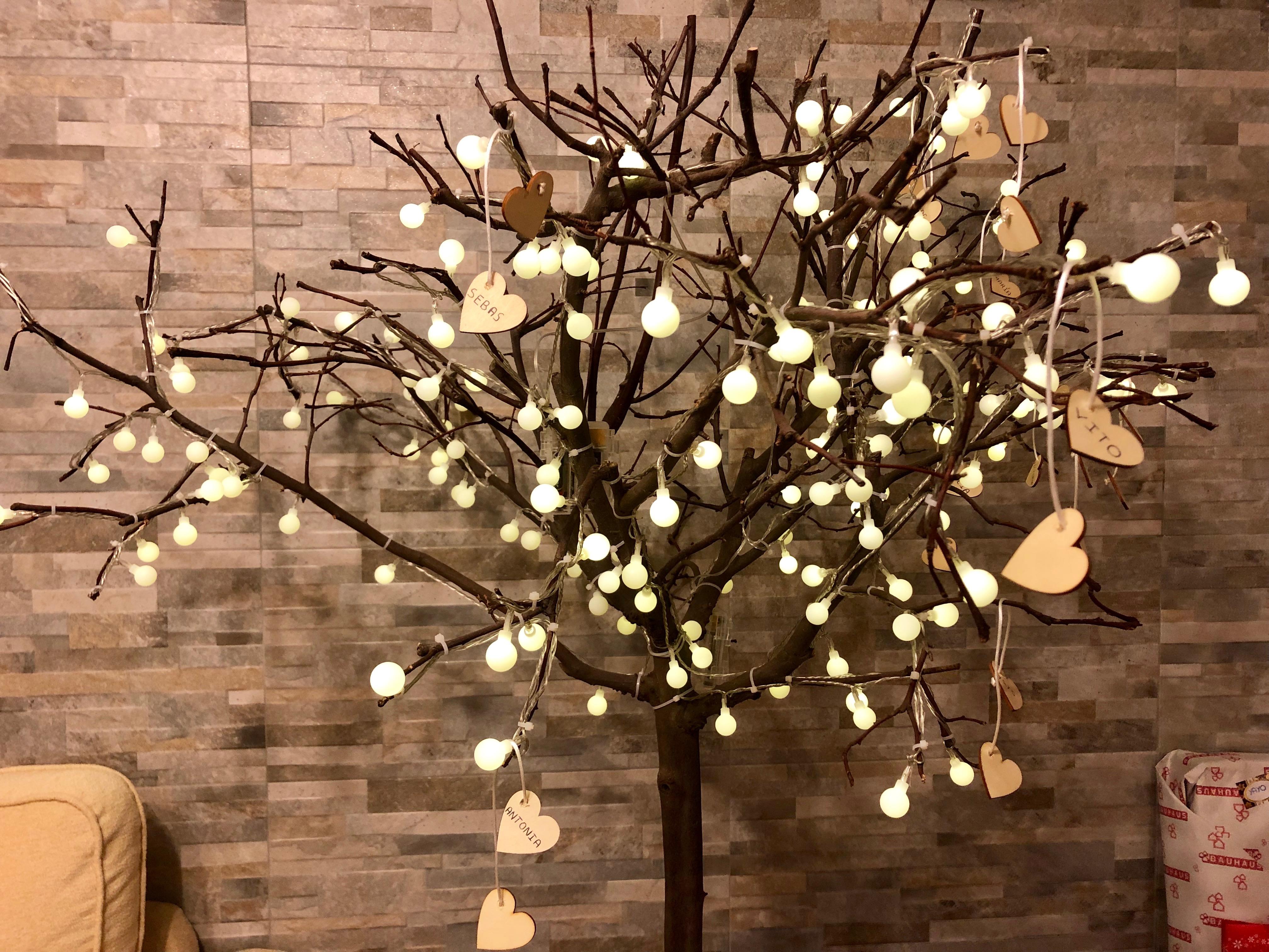 Árbol de navidad con corazones.